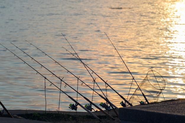 湖と釣り竿。釣りをするのに良い場所。