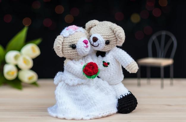 素敵な結婚式の熊の人形