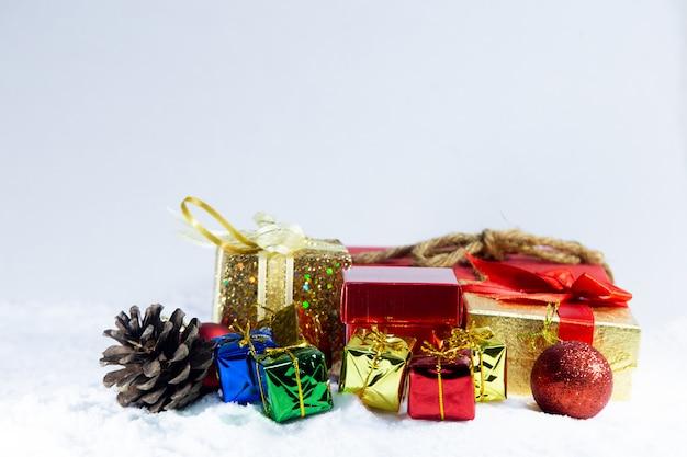 雪、ギフト用の箱とクリスマスの背景にクリスマスプレゼント。