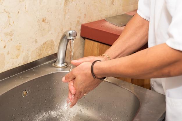 彼の手を洗う肉屋