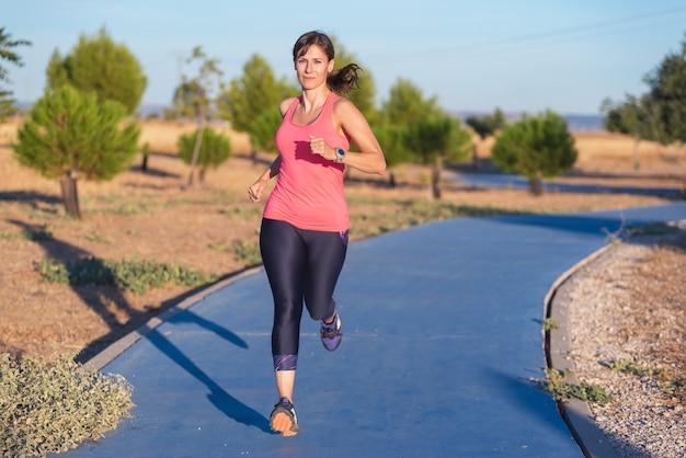 公園で走っているフィットネス女性