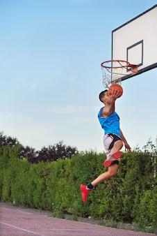 スラムダンクを作るバスケットボールのストリートプレーヤー