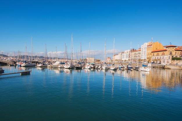 Хихон городской пейзаж. яхты в порту марины, астурия, испания.