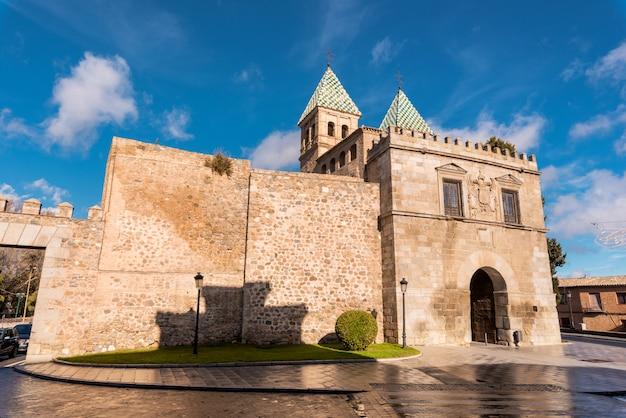 Толедо, испания, знаменитый памятник бисагра, ворота, древний средневековый доступ к городским стенам