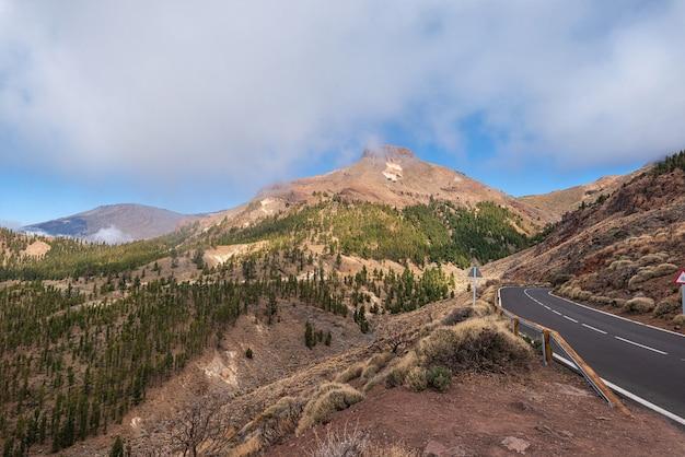 テネリフェ島、カナリア諸島のテイデ国立公園の美しい岩の火山の風景。