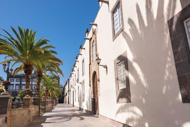 Лас-пальмас-де-гран-канария, испания. городской пейзаж, колониальные дома в вегете.