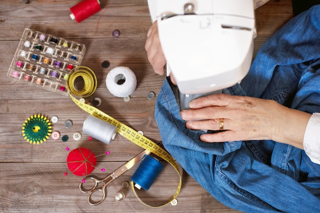 女性縫製のクローズアップトップビュー