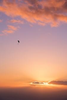 日没時のパラグライダーのシルエット