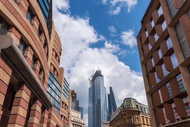 ロンドンのシティビジネスにおけるクレーン付き建築現場。