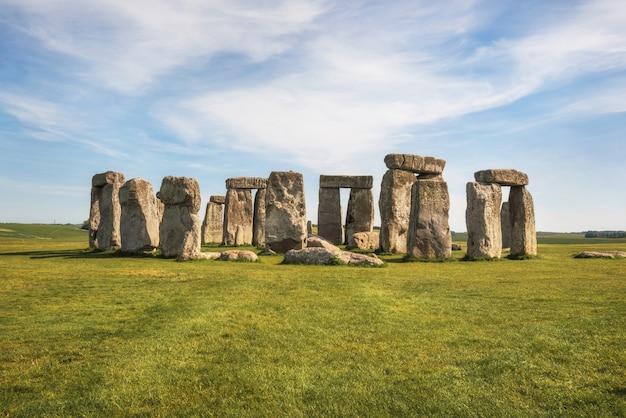 Стоунхендж древний доисторический каменный памятник около солсбери, великобритания, место всемирного наследия юнеско.