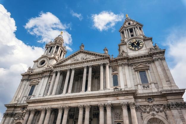 Внешний вид фрагмент фасада собора святого павла в лондоне.