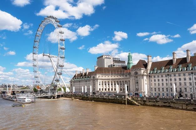 ロンドンのスカイライン。ウェストミンスター橋からロンドンの目と川のテムズ川桟橋。
