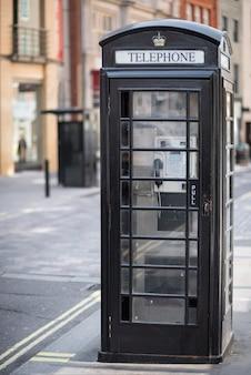 イギリス、ロンドンの黒いイギリスの電話ボックス。