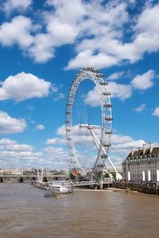ウェストミンスター橋からロンドンの目と川のテムズ川桟橋。