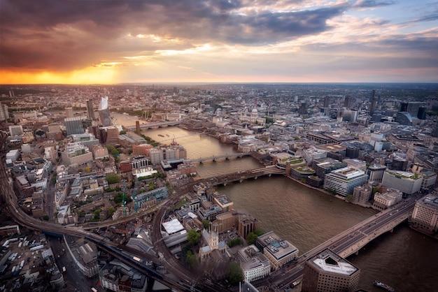 Вид с воздуха горизонта лондона на заходе солнца, великобритании.