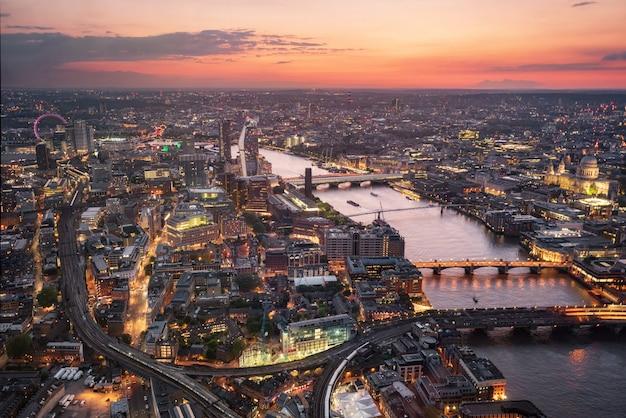 夕暮れ時、イギリスのロンドンのスカイラインの空撮。