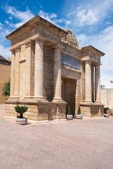 Мост ворот пуэрта-дель-пуэнте, кордова, андалусия, испания.