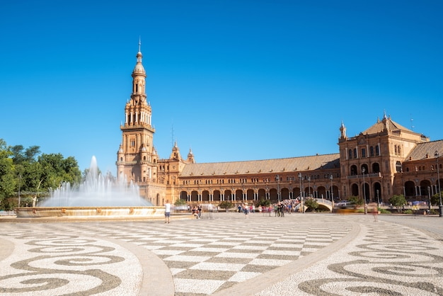 スペインの美しい夏の日のセビリアのスペイン広場スペイン広場。