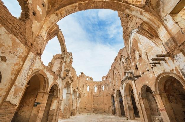 スペイン、サラゴサ、ベルチャイトのスペイン内戦の間に破壊された古い教会の遺跡。