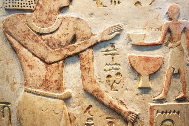 Древний египет сцена. цветные иероглифические рисунки на стене. фрески древнего египта.