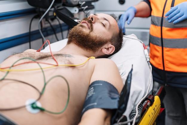 救急車で患者の世話をする救急。