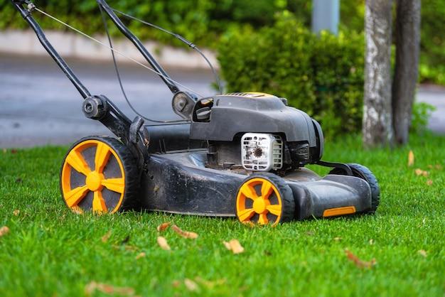 Газонокосилка косит траву