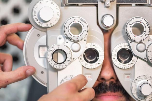 Глазной офтальмолог, экзамен. восстановление зрения. концепция проверки астигматизма. прибор для диагностики офтальмологии.