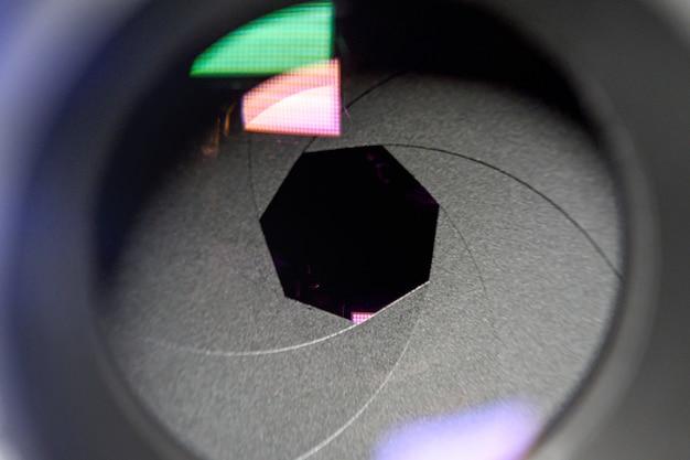 写真のコンセプト。クローズアップ、カメラレンズのダイヤフラム。被写界深度が浅いセレクティブフォーカス。