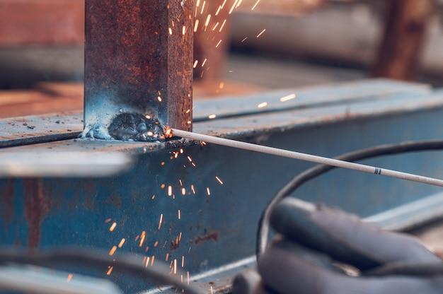 クローズアップ溶接、火花、工業用