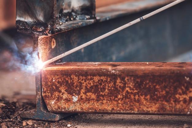 クローズアップ溶接火花光、産業の背景。