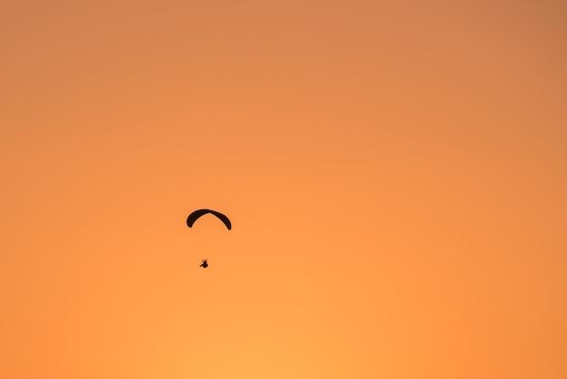 日没時のパラグライドシルエット