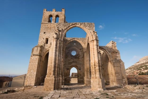 Руины заброшенной церкви санта-эулалия в паленцуэла, провинция паленсия, испания.