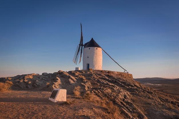 夕方にドンキホーテの風車。スペイン、トレドのコンスエグラの有名なランドマーク。