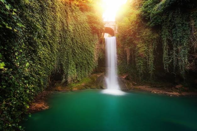 Сказочный водопад в тобера, бургос, испания.