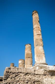Руины древнего римского города помпеи, который был разрушен вулканом, гора везувий