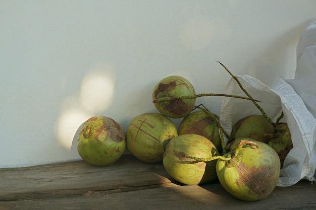木の上のココナッツのグループ