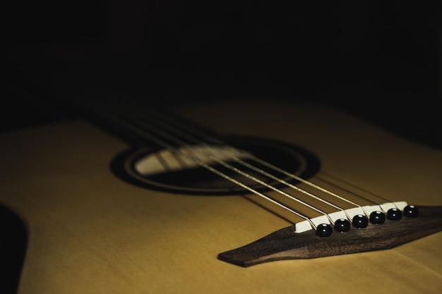 黒の背景に分離されたアコースティックギター