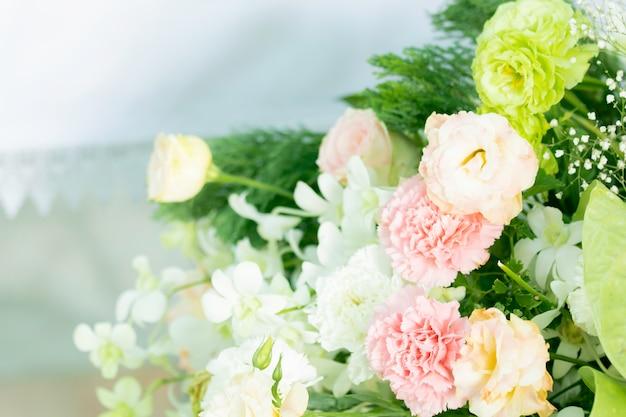 美しい花の花束の結婚式の装飾の枝
