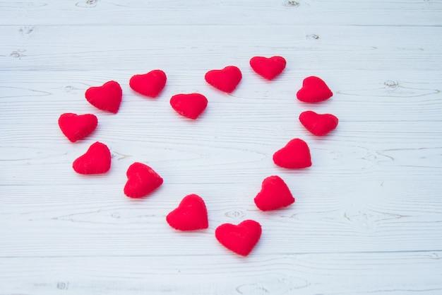 Вид сверху валентина красные сердца формы на старинных фоне дерева