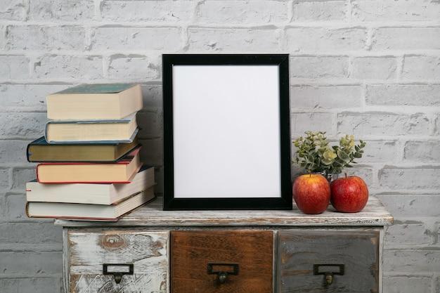縦の黒い枠が本と葉でモックアップ