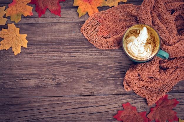 トップビュー、フラットレイアウトのカラフルな秋の装飾、一杯のコーヒー、スカーフ、カエデの葉