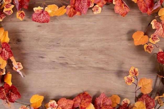 乾燥した葉とコピースペースを持つ秋のコンセプト