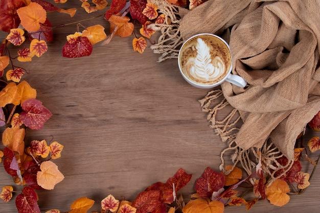 スカーフとコーヒーカップを使った秋のスタイルコンセプトのファッション