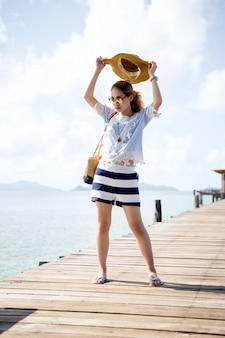 木製の橋-タイ、マーク島でリラックスした一人の女性