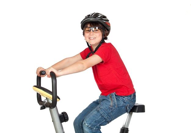白い背景で隔離されたバイクを練習しているおかしい子供
