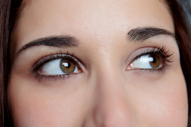 Молодая девушка с карие глаза думает