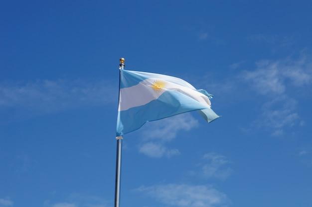 マストの中を揺らすアルゼンチンの旗