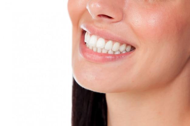 偉大な歯を持つ笑顔の女性の口