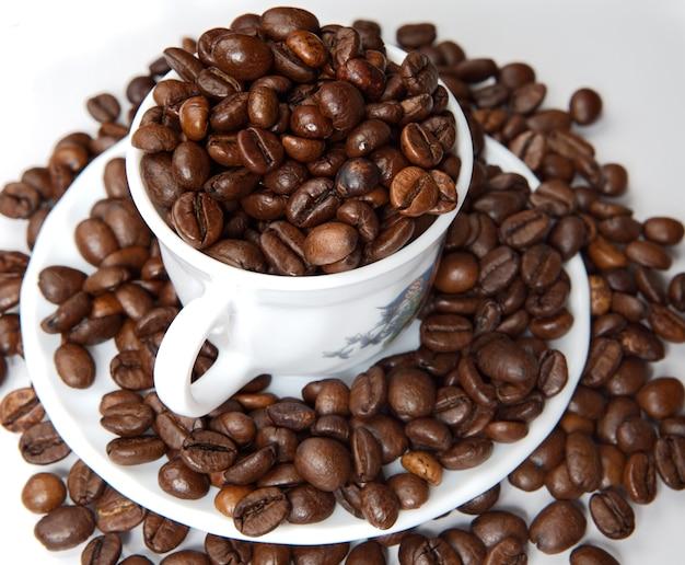 カップのコーヒー豆(最初の飛行機に焦点を当てる)