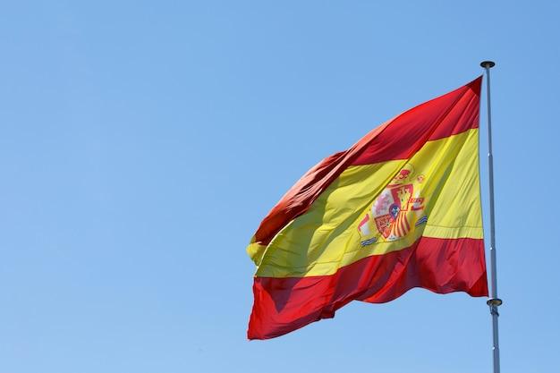スペインの国旗が風になびかせて